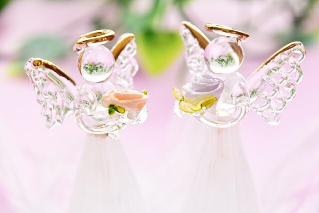 ガラス細工の向かい合う2対の天使