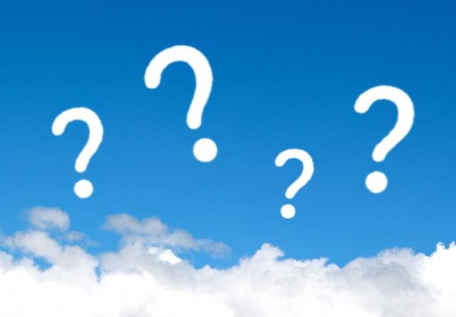 白い雲を見下ろし青い空に浮かぶ4つの白い「?」