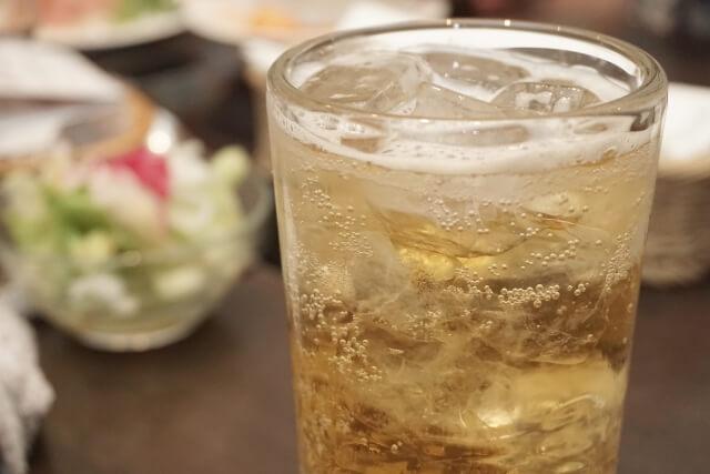 居酒屋で一杯目に呑む満タンに満たされたハイボール