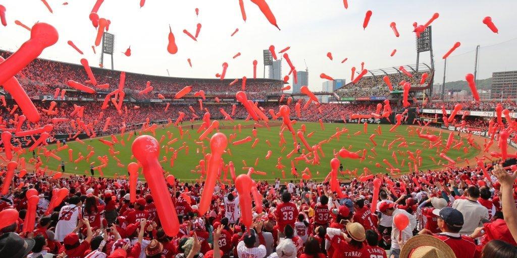 マツダスタジアムでカープを応援するファンが上げた真っ赤なジェット風船