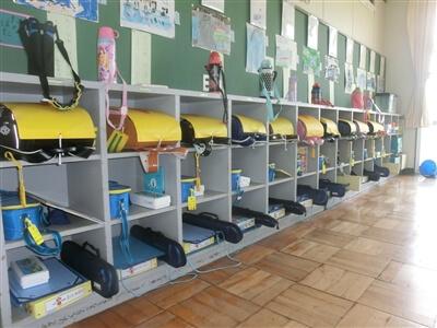 きちんと整頓された小学校教室のロッカー