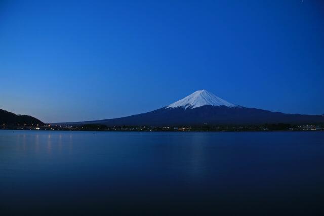 夜明け前,山中湖の対岸に聳える富士山。