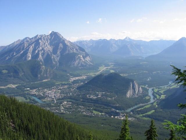 バンフの街を見下ろすロッキーの山々